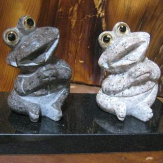 縁起のイイ夫婦カエルのインテリア置物 ペア商品なのでプレゼントや記念品にも使用できます