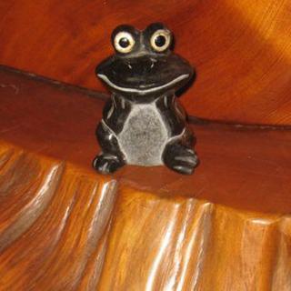 縁起物として愛されており、インテリアとしても飾る事のできるカエルの置物 縦横高さ64×50×45mm