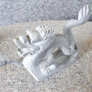 繊細に彫り込まれた龍のインテリア置物