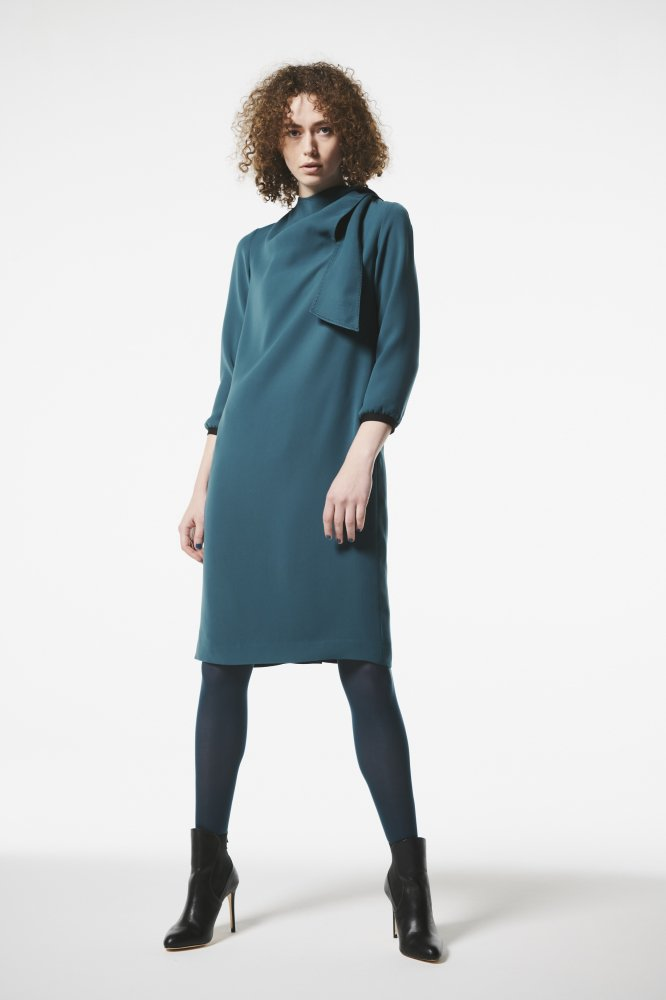 <img class='new_mark_img1' src='https://img.shop-pro.jp/img/new/icons2.gif' style='border:none;display:inline;margin:0px;padding:0px;width:auto;' />DOUBLE SATIN TIE DRAPE DRESS