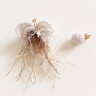 刺繍蝶々のふさふさピアス (ホワイト)