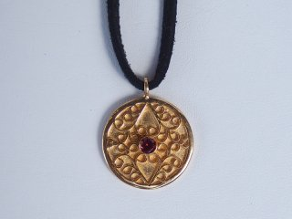 <center><b>Leaves Of Cloud Antique</b><br>Gold Necklace - Garnet</center>