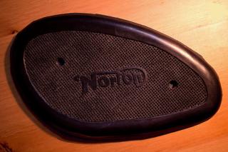 ニーグリップパッド(Norton穴2個型)【BEE TRAD】