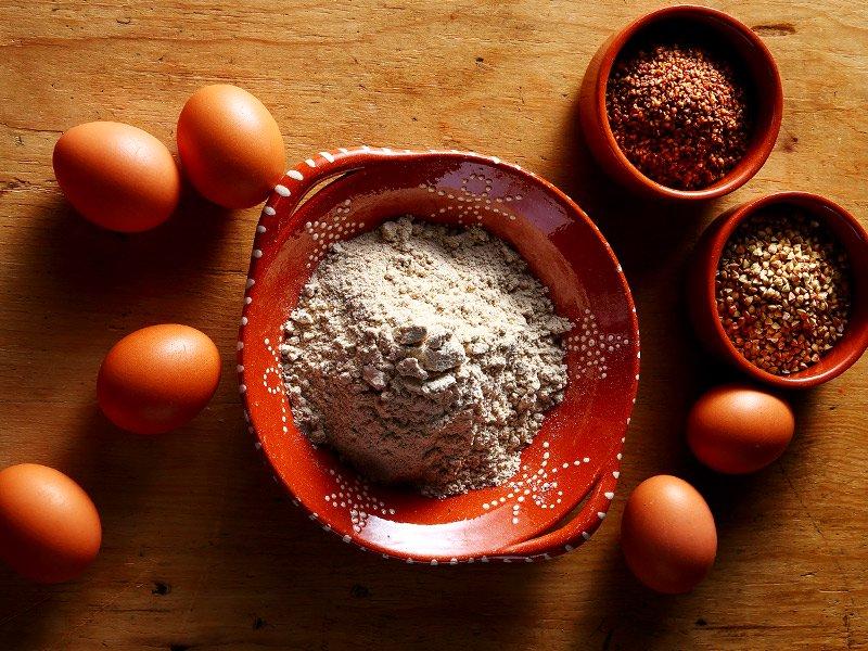 そば粉と美山の平飼い卵